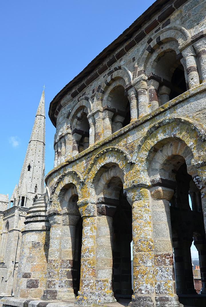 Tours Romane et Gothique - A Mahé